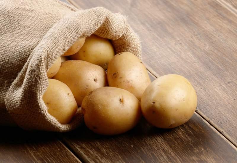 tres patatas grandes cortadas en rodajas finas