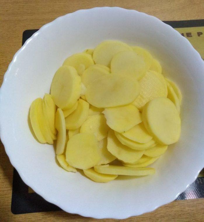 Patatas cortadas en rodajas finas