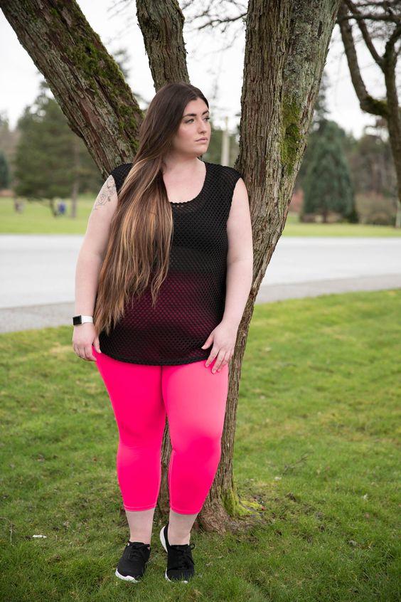 Camiseta de rejilla y pantalones rosas. Precioso conjunto.