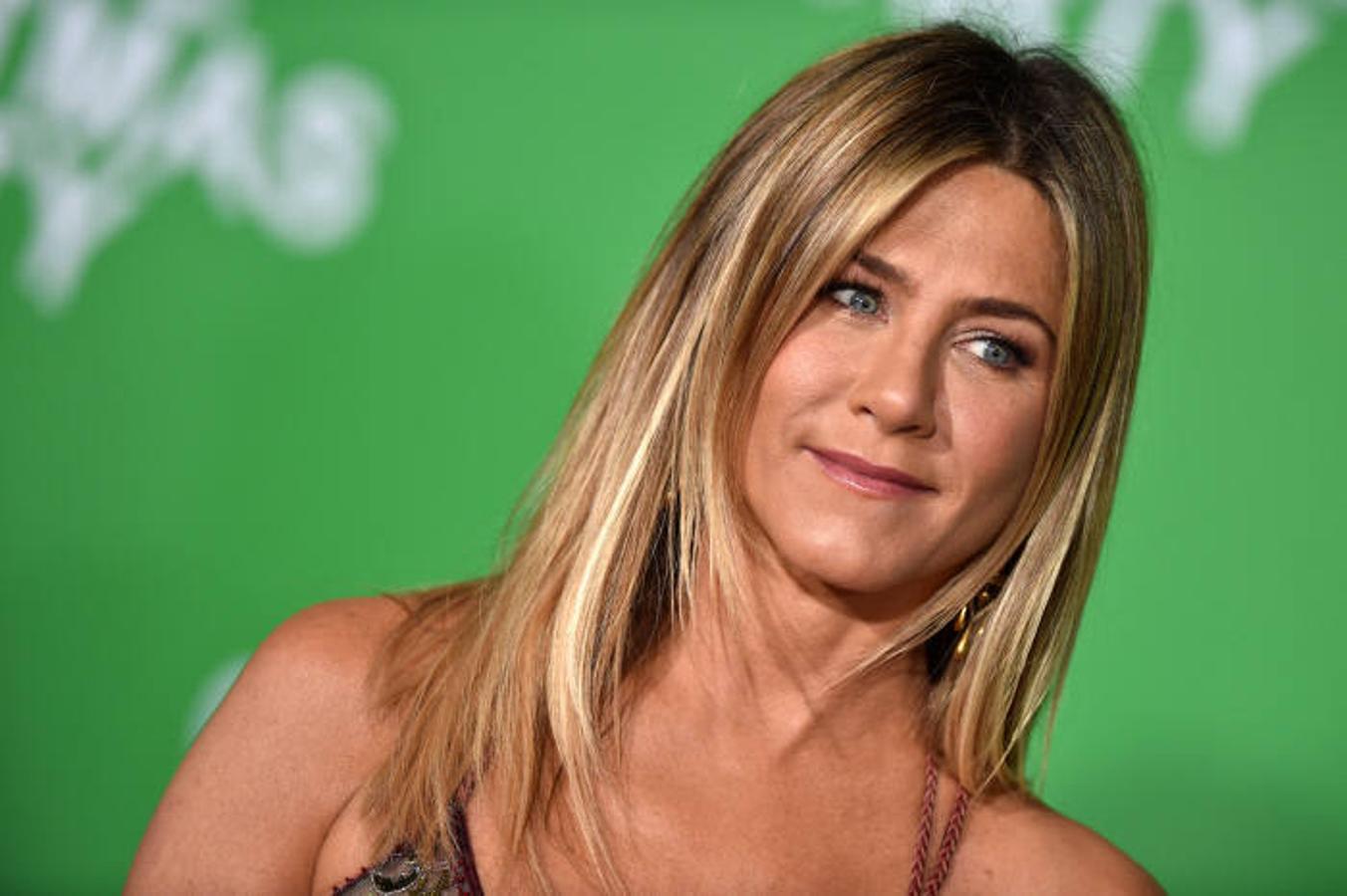 Jennifer Aniston, tono tostado pero no demasiado oscuro.