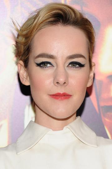 Jena Malone, con labios rojos que dan volumen a sus labios.