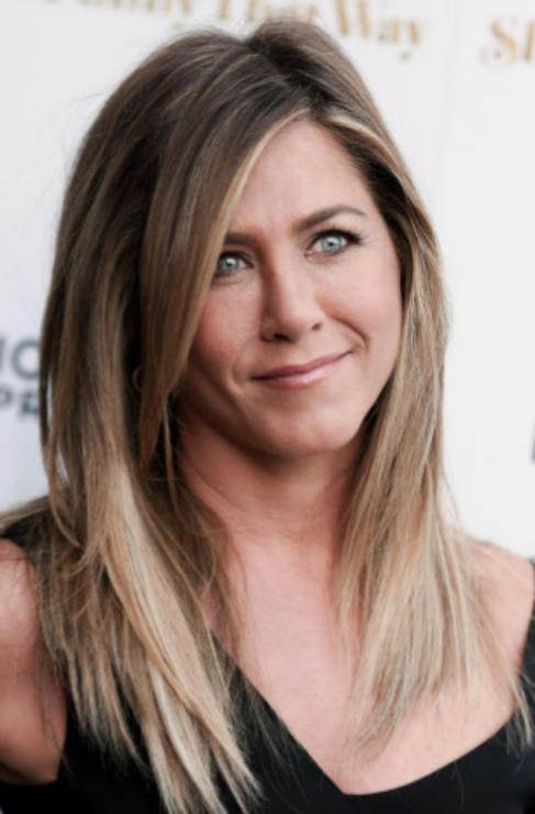 Jennifer Aniston, solo un poco de brillo para definir la sonrisa.