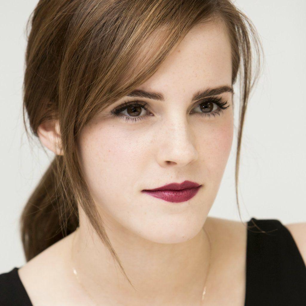 Emma Watson con colores oscuros que no aumentan el tamaño de los labios.