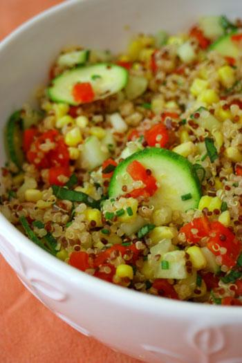 Ensalada de quinoa con pepino y cebollino