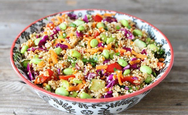 Ensalada de quinoa con habas tiernas y lombarda