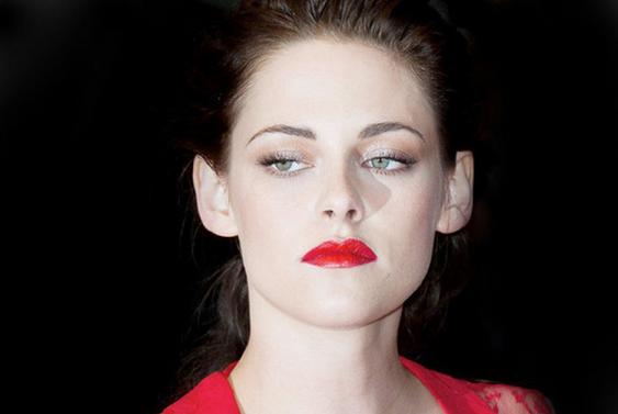 Kristen Stewar con los labios rojos, tampoco está mal.