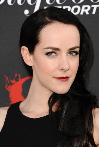 Jena Malone, con labios oscuros. No es un color favorecedor cuando los labios son finos.