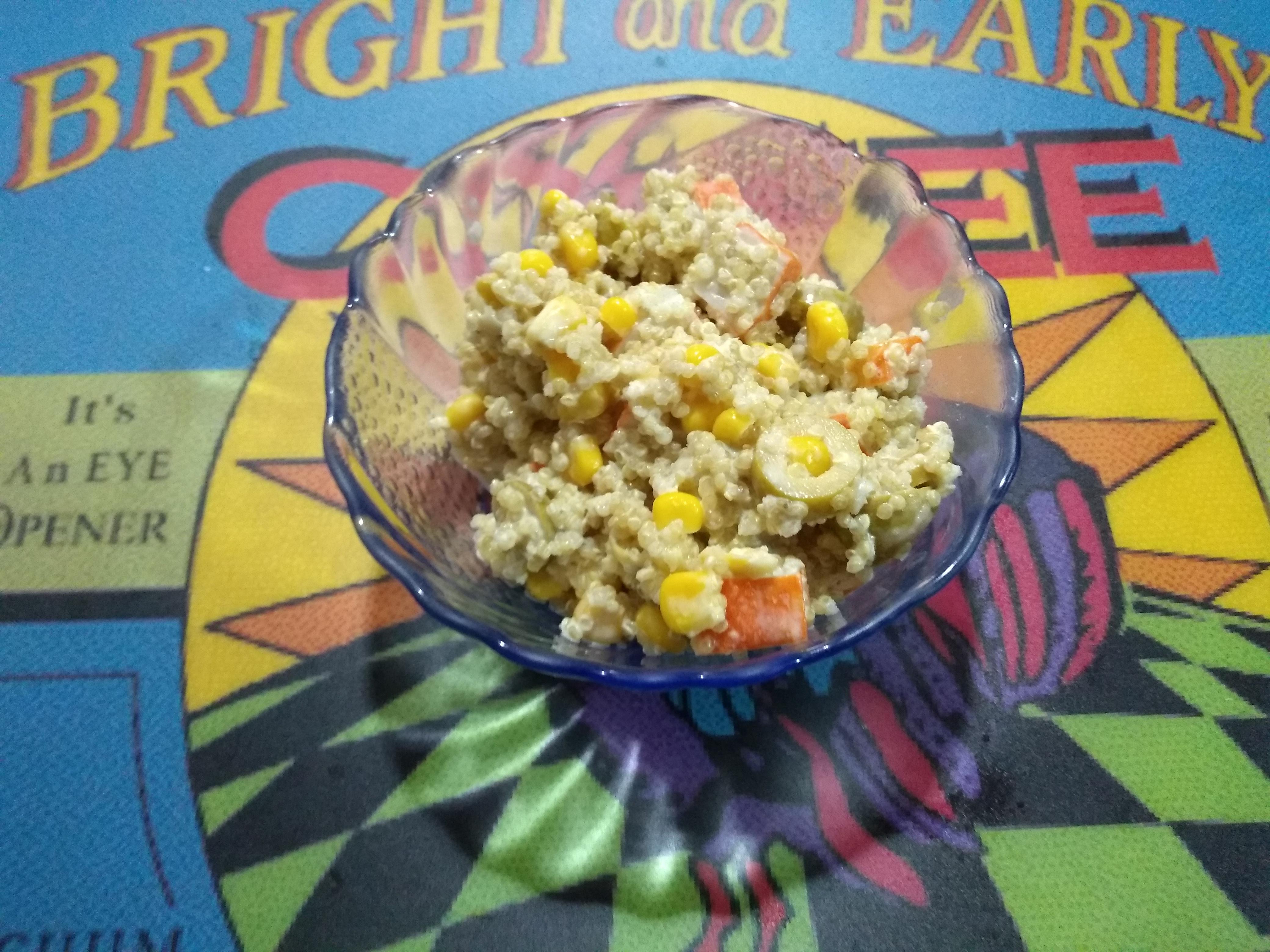 Plato de ensalada de surimi y quinoa