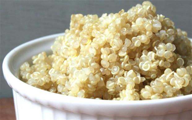 Quinoa cocida para ensaladas.