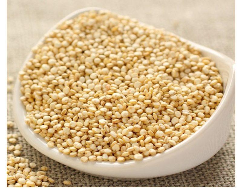 Quinoa seca. Puede cocerse directamente o dejar en agua durante la noche para que la cocción sea más rápida.