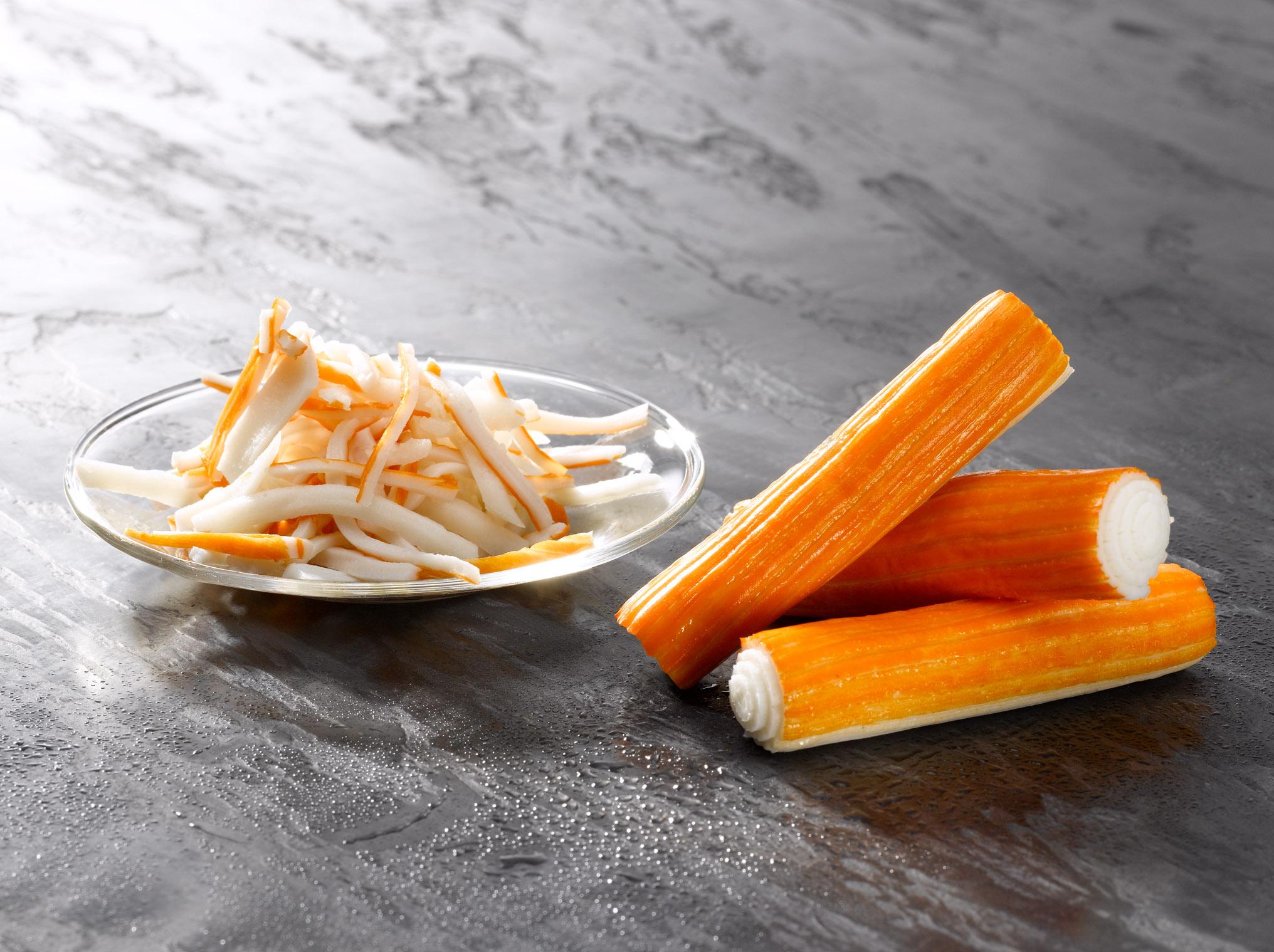 El surimi tiene alto contenido en sodio y es bajo en calorías.