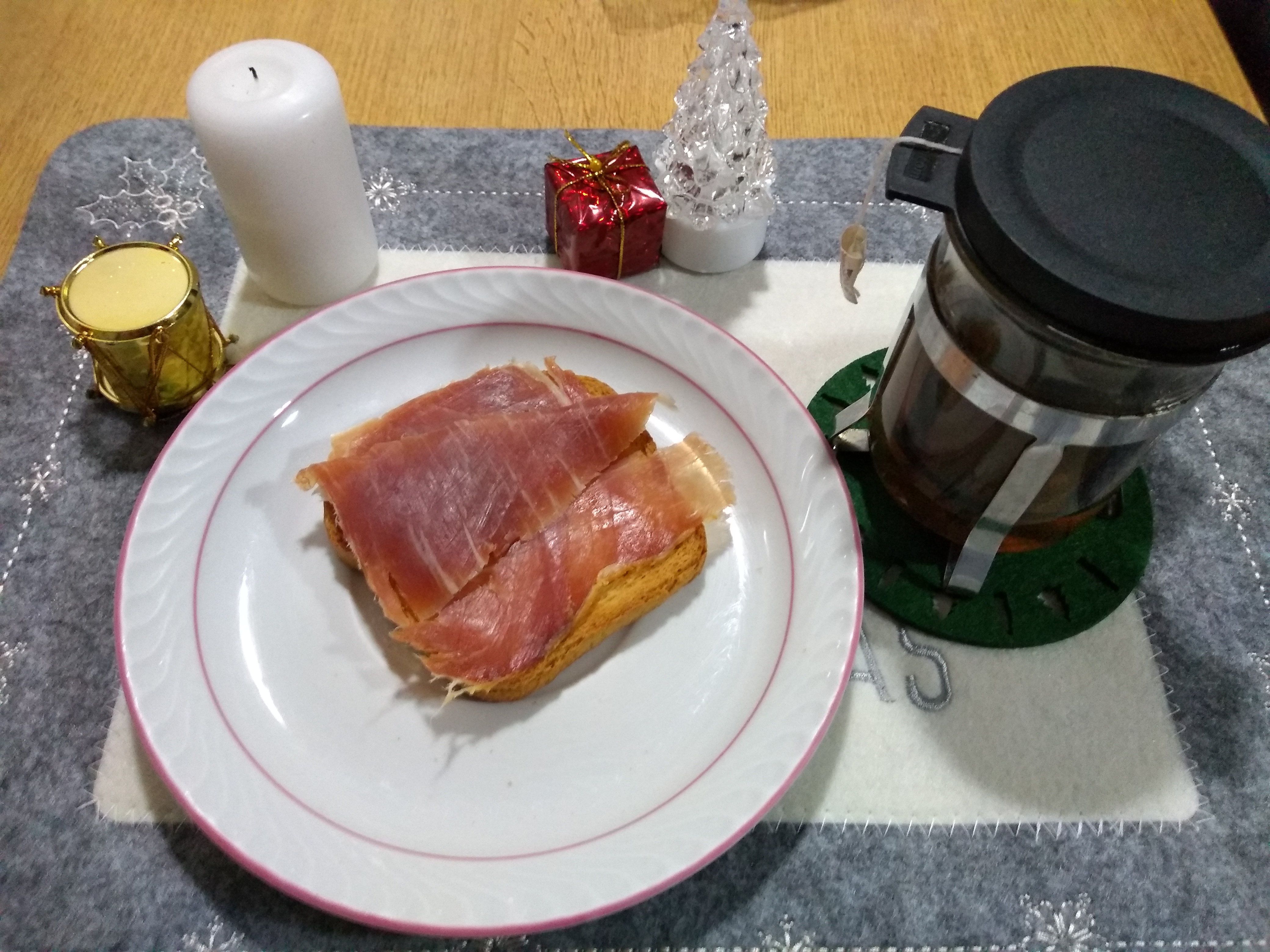 Menú de nochebuena sin excesos biscote con jamón e infusión