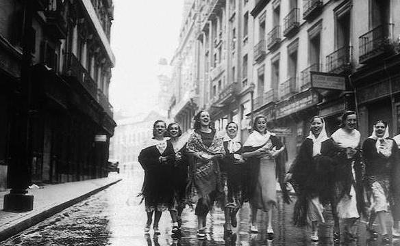 Chicas caminando a la verbena