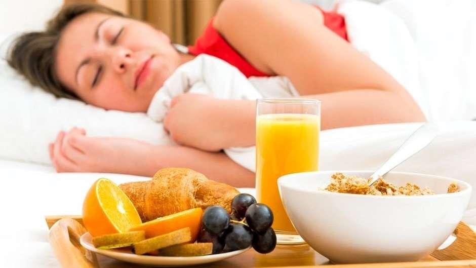 mujer dormida y desayuno. Dormir ¡la dieta de ensueño!