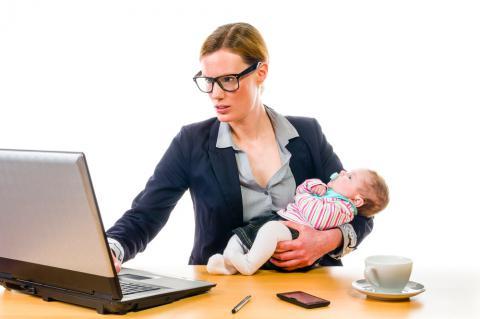 Mujer con bebé trabajando. Dormir ¡la dieta de ensueño!