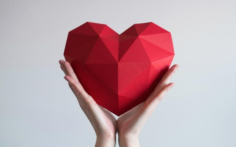 corazón de papel en unas manos