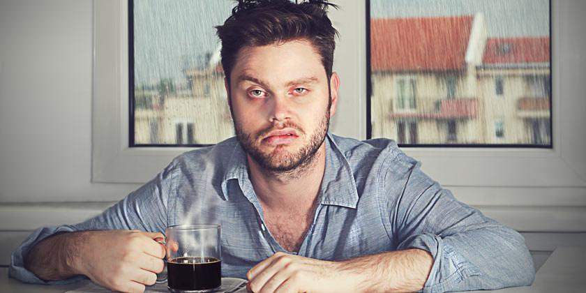 Dormir ¡la dieta de ensueño! Hombre con taza de café y cara de sueño