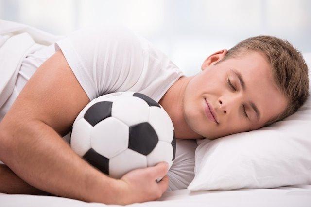 hombre dormido con balón Dormir, ¡la dieta de ensueño!