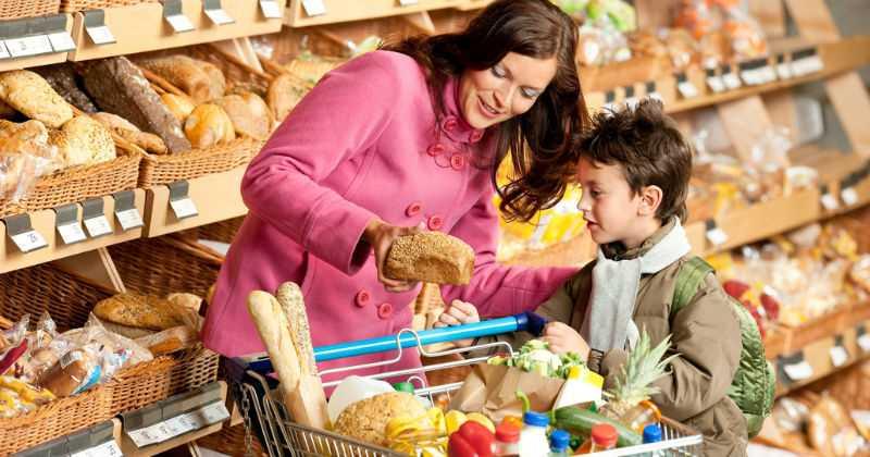 Mujer y niño comprando
